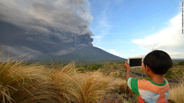 Cột khói đen ngòm từ núi lửa Agung ngày 26/11. Ảnh: CNN