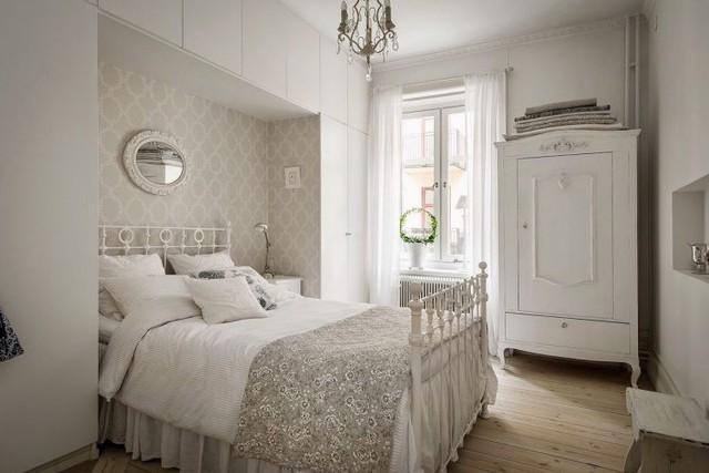 Căn phòng tuy nhỏ nhưng khá gọn và thoáng nhờ hệ kệ tủ lớn đầu giường thỏa mãn nhu cầu trữ đồ của chủ nhà.