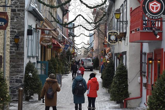 Giáng sinh đến sớm trên một con phố nhỏ ở Quebec, Canada.