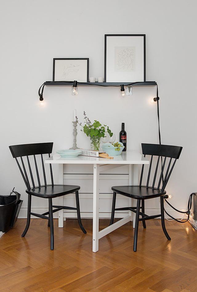 Nhằm tránh cảm giác bức bối hay rối mắt cho căn phòng tích hợp nhiều không gian, những đồ nội thất được lựa chọn đều rất đơn giản, đáp ứng đủ tiêu chí đủ dùng và gọn nhẹ. Bộ bàn ăn nhỏ cho 2 người được thiết kế thông minh có thể khép gọn sát tường khi không cần thiết.
