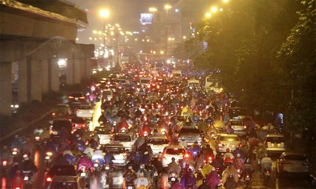 Hà Nội mưa tầm tã, đường tắc nghẹt khắp ngả - ảnh 13