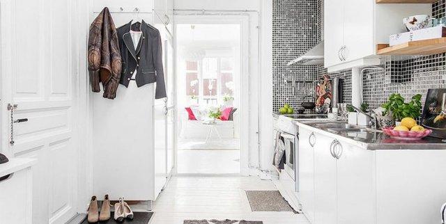 Không gian thoáng sáng cộng với sắc trắng xuyên suốt khiến căn nhà trở nên thanh thoát và rộng hơn nhiều so với diện tích thực.