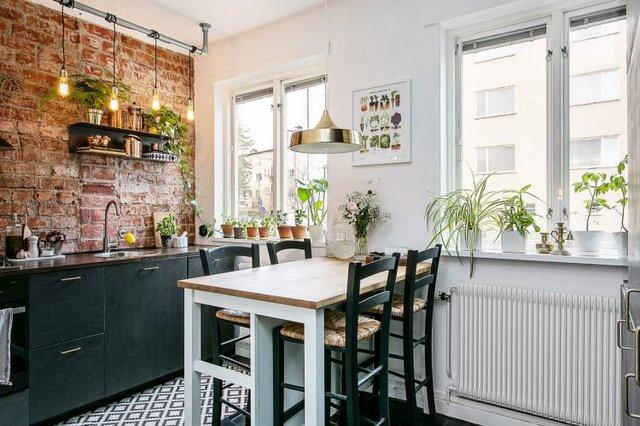 Chiếc bàn ăn được dành riêng một vị trí thoáng sáng cạnh cửa sổ phòng bếp.