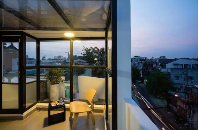 Ngoài những bức tường gạch thì vật liệu làm nên ngôi nhà này là rất nhiều cửa kính lớn nhỏ giúp ngôi nhà trở nên thoáng sáng.