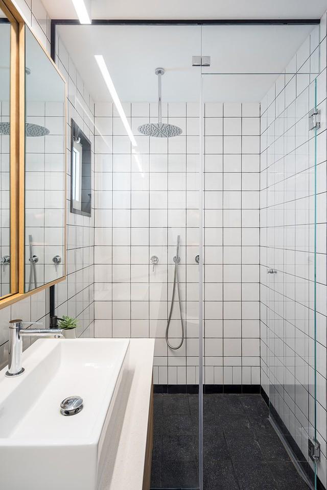 Dù không rộng rãi, công trình phụ vẫn đảm bảo những nhu cầu tối thiểu cho chủ nhân căn hộ.