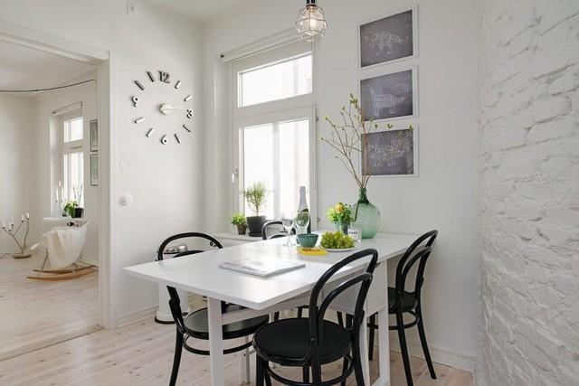 Góc nhỏ, nơi cả gia đình quây quần bên mâm cơm được chủ nhà dành riêng một vị trí đẹp nhất cạnh cửa sổ.