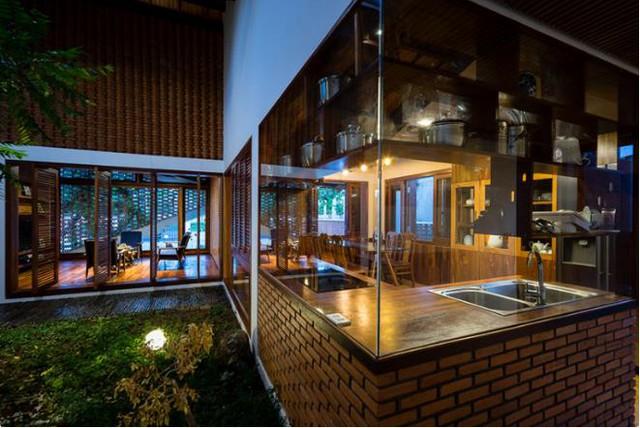 Các không gian bên trong được chuyển tiếp một cách hợp lý đến hài hòa, từ sân vườn vào bên trong, từ phòng khách, phòng bếp dẫn đến cầu thang lên tầng hai….