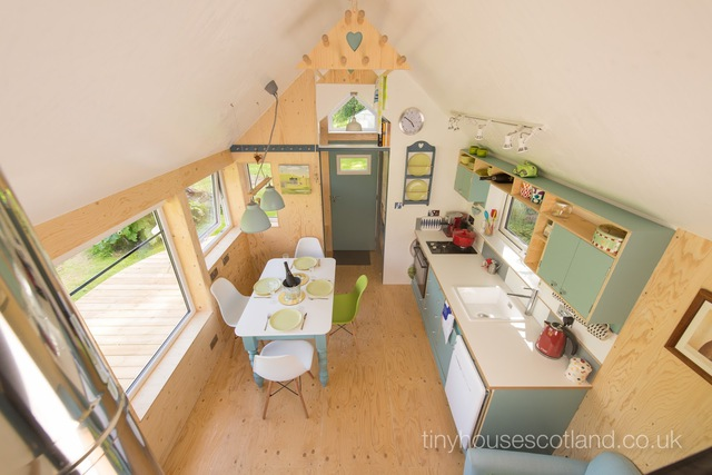 Với lợi thế không gian xung quanh nhiều cây xanh thoáng sáng nên ngôi nhà này được thiết kế với rất nhiều ô cửa lớn nhỏ để mở rộng tầm nhìn cũng như tạo sự thông thoáng cho ngôi nhà.