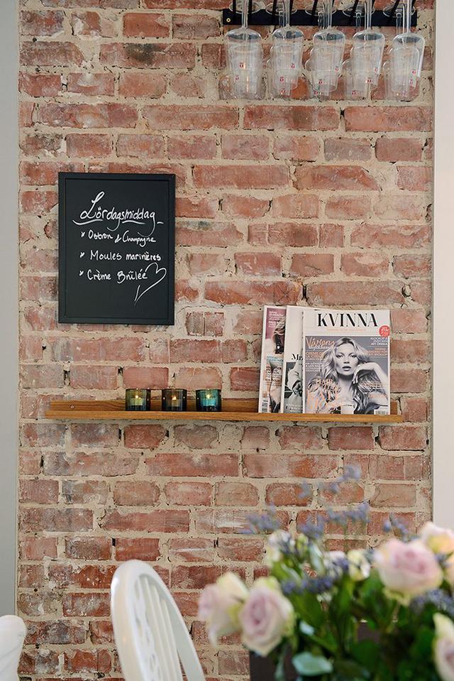 Góc nhỏ này còn đặc biệt ấn tượng với bức tường thô đầy cảm hứng mang đến không gian thân thiện gần giũ cho những vị khách vào nhà.