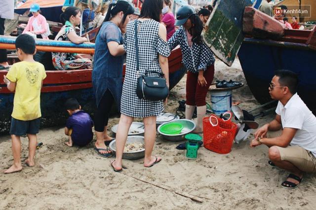 Bên cạnh đó, nhiều ngư dân tranh thủ mang hải sản bày bán dọc bãi biển. Ảnh: Thu Hường