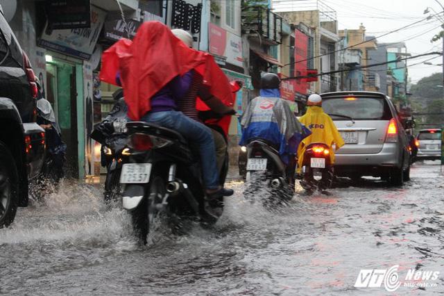 Giao thông nhiều nơi bị ách tắc do mưa lớn, đường ngập.