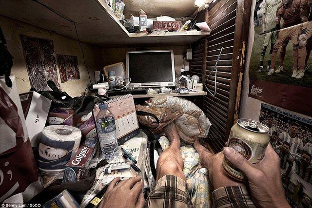 Máy tính, kem đánh răng, giấy vệ sinh, đồ ăn được đặt cùng một chỗ.