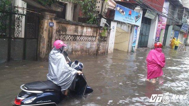 Đường Nguyễn Chính, Tân Mai ngập nặng sang mưa lớn.