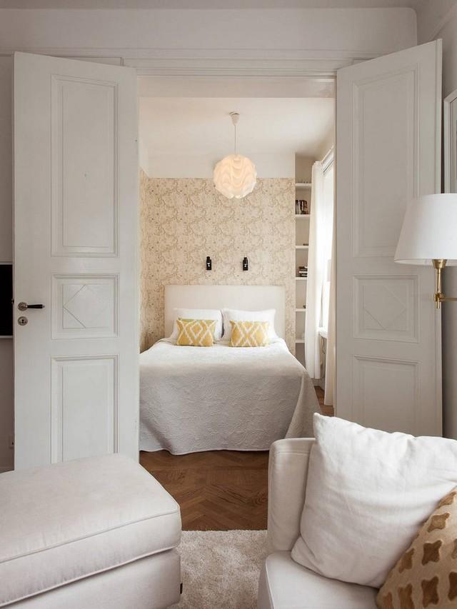 Nối liền với không gian chính là khu vực dành cho chức năng nghỉ ngơi. Phòng ngủ được tiếp nối với phòng khách nhưng vẫn đảm bảo sự riêng tư cần thiết cho người nghỉ ngơi.