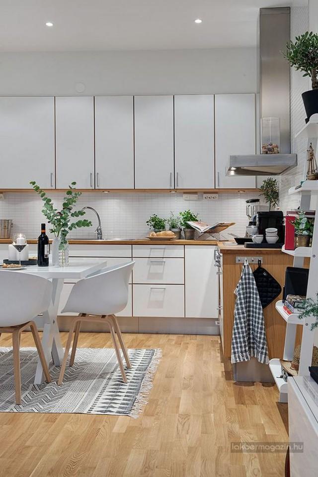 Nội thất nơi bếp nấu được lựa chọn theo tiêu chí đơn giản, tiện dụng. Hệ thống tủ kệ khép kín giúp khu bếp gọn gàng và ngăn nắp hơn.