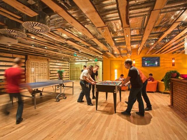 Một trận đấu bóng bàn ấm cúng giữa các đồng nghiệp tại văn phòng của Google ở Moscow, Nga.