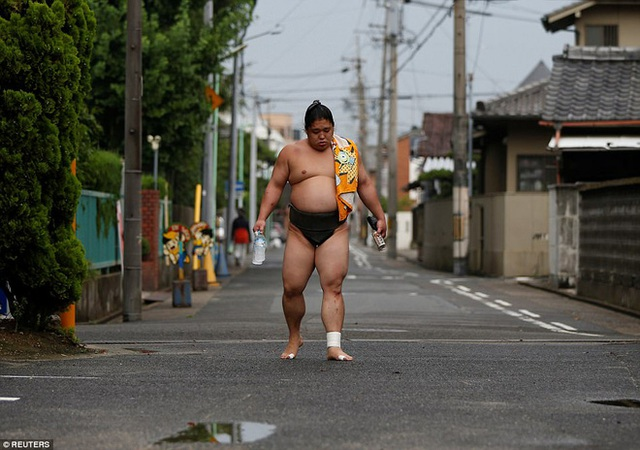 Một võ sĩ sumo trên đường trở về ngôi đền Ganjoji Yakushido.