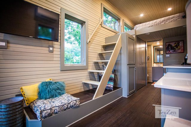 Việc thiết kế rất nhiều cửa kính ở nhiều vị trí khác nhau dọc hai bên tường nhà giúp mọi không gian bên trong lúc nào cũng tràn ngập ánh sáng.