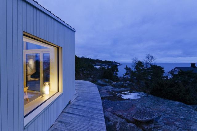 Từ trong nhà gia chủ có thể ngắm nhìn toàn bộ cảnh biển qua bức tường kính lớn.