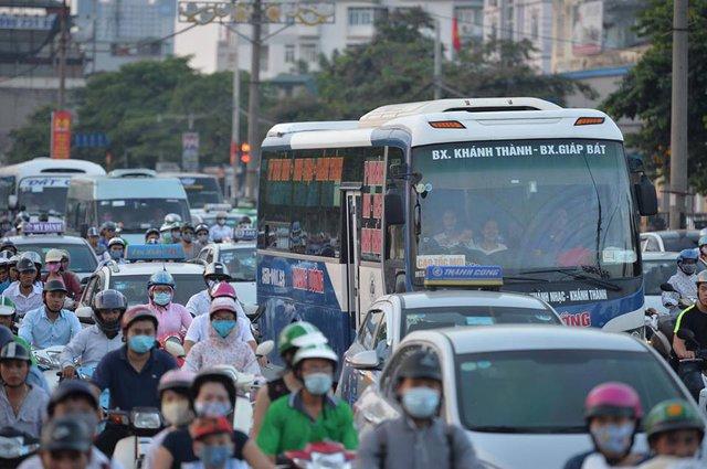 Hà Nội: Tắc khắp ngả, đông nghẹt bến xe trước nghỉ lễ - Ảnh 12.