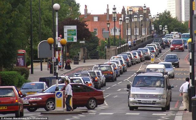 Tuy nhiên điều đáng nói ở đây là giao thông London khá tệ, Hoàng tử William và vợ sẽ phải đối diện với những pha tắc đường hàng tiếng đồng hồ khi đưa đón hoàng tử nhỏ tại ngôi trường này.