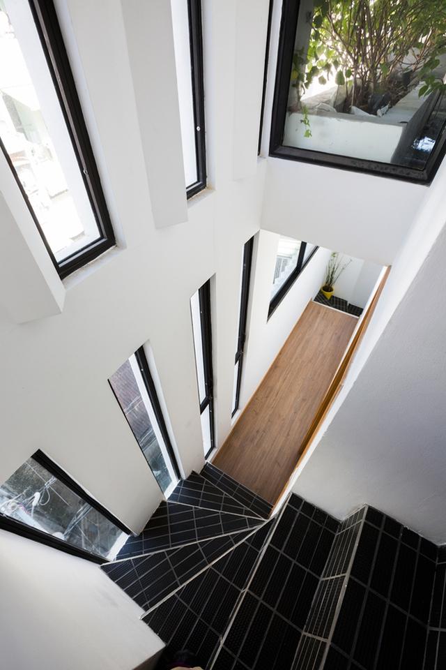 Để tiết kiệm diện tích, bề mặt cầu thang được thiết khá nhỏ và dốc nhưng bù lại nó luôn thoáng sáng nhờ những cửa sổ kính bên cạnh.