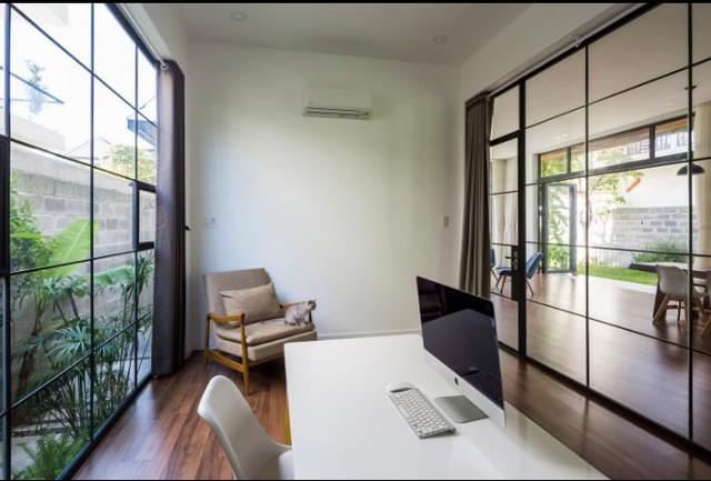 Một khoảng sân nhỏ nơi hông nhà được mở ra để tạo nên khung cảnh thiên nhiên tuyệt đẹp cho căn phòng