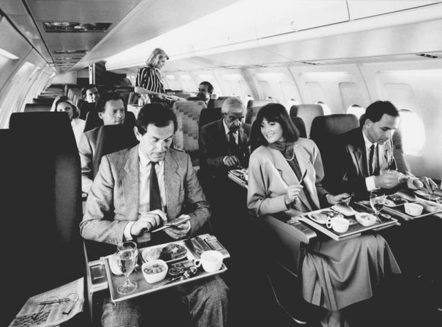 Sang đến thập niên 80, các bữa ăn trên máy bay đã bị cắt giảm độ sang trọng của mình đi rất nhiều lần và trở nên khá tương đồng với các suất ăn của các hãng hàng không hiện đại ngày nay.