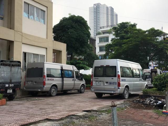 Thậm chí, quanh một số tòa nhà còn có xe mang biển của các tỉnh khác vào dừng, đỗ, nghỉ chân.