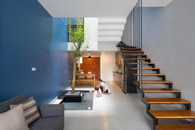 Khác hẳn với những ngôi nhà ống truyền thống của người Việt Nam, cầu thang lên tầng trên của ngôi nhà này được thiết kế đặc biệt xoay hướng khác dọc tường nhà.