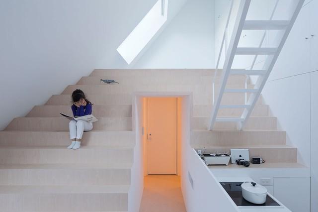 Phần trên cùng cao nhất của ngôi nhà chính là không gian dành cho em bé. Nơi đây được thiết kế vừa là không gian để ngủ và cũng là khu vực vui chơi cho các con.