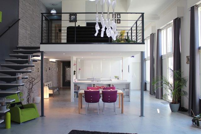 Không chỉ được dùng trong những căn hộ có diện tích nhỏ mà những ngôi nhà rộng và chiều cao không hạn chế thì gác lửng vẫn rất được ưa chuộng để mang đến một không gian đẹp và thoáng cho ngôi nhà.