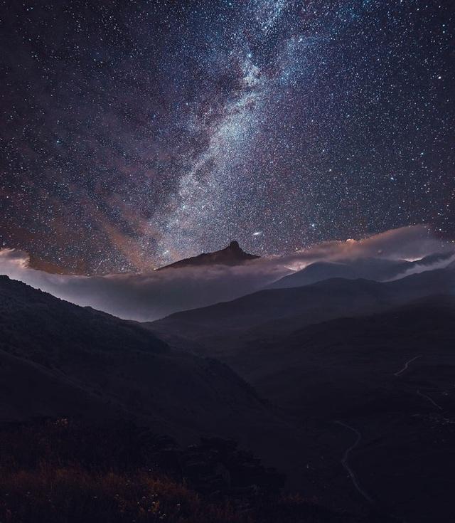 Bầu trời đêm đầy sao tại Caucasus.