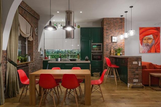 Những chiếc ghế tông đỏ làm nổi bật cả một góc bếp.