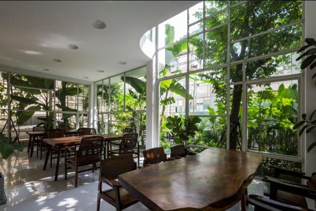 Nội thất nơi đây cũng được lựa chọn với những chất liệu vô cùng gần gũi và thân thiện, những chiếc bàn được tạo nên từ khối gỗ nguyên sơ.