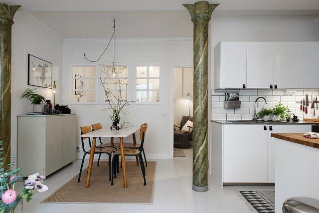 Bộ bàn ăn nhỏ của gia đình được đặt ở vị trí thuận tiện ngay cạnh phòng ngủ.