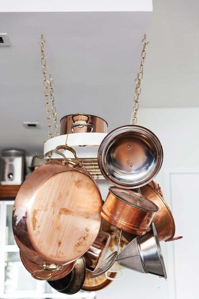 Không giống những căn bếp thông thường giấu kín mội vật dụng để trông căn bếp gọn gàng, sạch sẽ thì chủ ngôi nhà này lại chọn cách treo mọi thứ nồi niêu, xong chảo lên một móc treo với hai đầu dây xích gắn chặt vào trần nhà.
