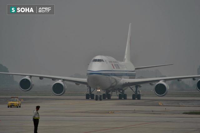 [LIVE] Chuyên cơ của Chủ tịch Trung Quốc Tập Cận Bình hạ cánh xuống sân bay Nội Bài - Ảnh 2.