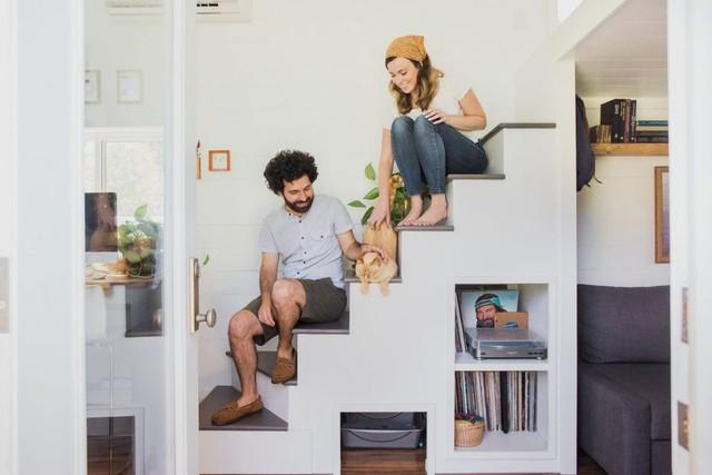 Chiếc cầu thang nhỏ dẫn lên phòng ngủ cũng được thiết kế khéo léo tận dụng tối đa không gia để trữ đồ.