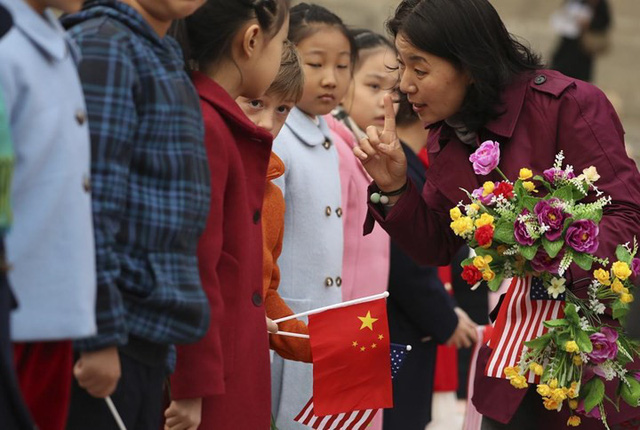 Trẻ em Trung Quốc được dặn dò kỹ càng khi đợi chờ Tổng thống Mỹ Trump và Chủ tịch Trung Quốc Tập Cận Bình trong lễ đón chính thức ở Đại lễ đường nhân dân hôm 9/11 tại Bắc Kinh.