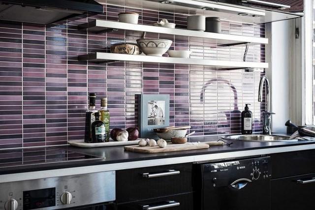 Góc bếp được kết hợp ấn tượng giữa hai tông màu đen-tím tạo điểm nhấn bắt mắt và sang trọng.