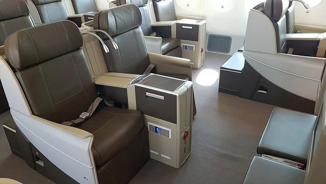 Ở phía sau máy bay còn có 1 phòng chứa 18 ghế hạng thương gia có đồ dùng riêng và không gian tha hồ, rộng thoáng.