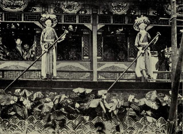 Mô hình người hầu, cung nữ bằng giấy với kích thước và quần áo thật.