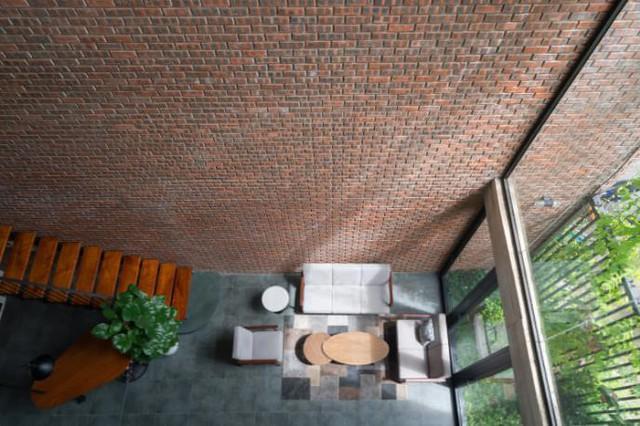 Từ tầng 2 có thể dễ dàng nhìn xuống tầng 1 qua khoảng thông tầng từ phòng khách.