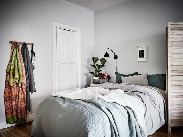 Vì căn hộ có diện tích khá khiêm tốn nên không gian nghỉ ngơi cũng được lựa chọn màu sắc, nội thất khá đơn giản.