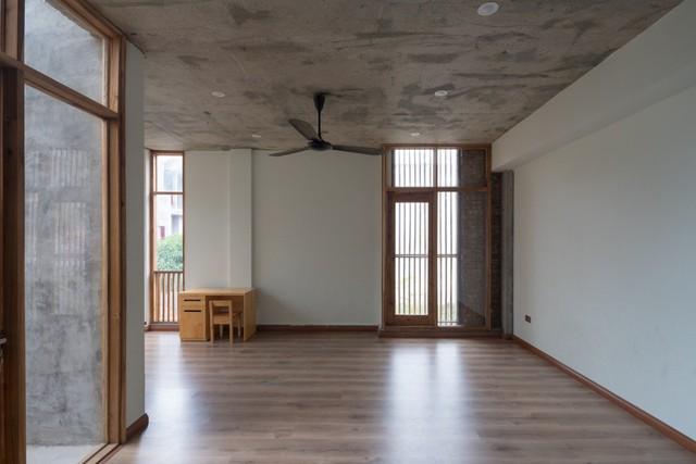 Vẫn với tiêu chí mở thông thoáng, tầng 2 ngôi nhà là không gian nghỉ ngơi, làm việc và thư giãn của gia chủ.