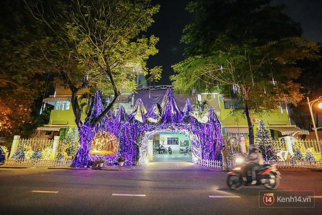 Một ngôi trường trong khu đô thị Phú Mỹ Hưng được trang hoàng rực rỡ.