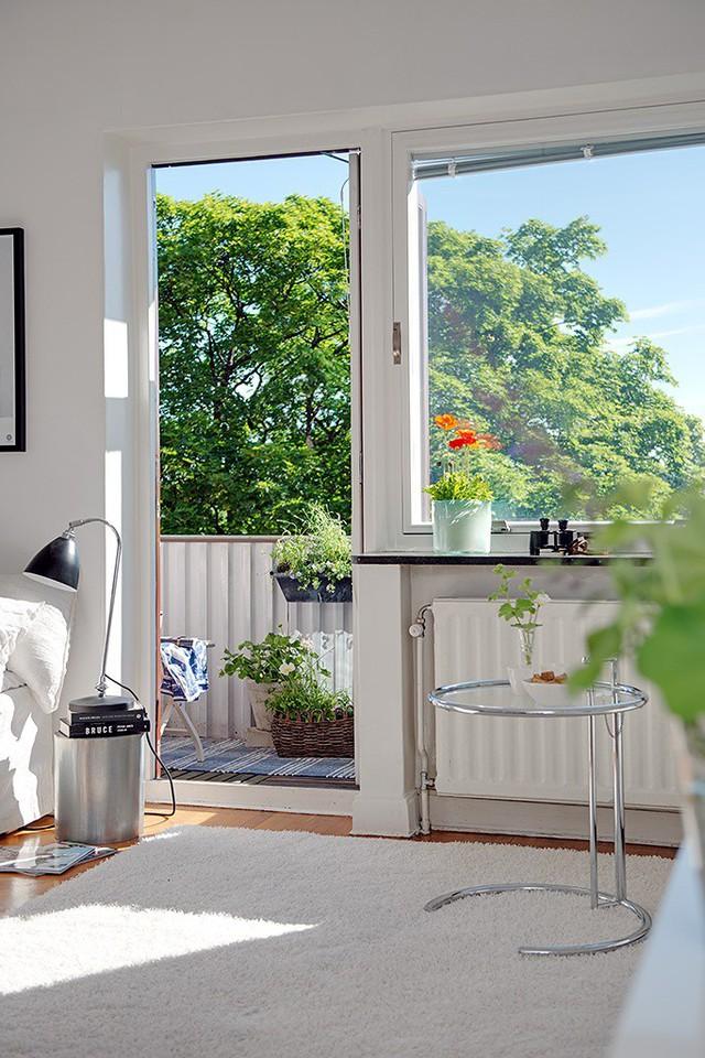 Để tạo không gian thoáng sáng cả ngày, một phần tường nhà đã được thay bằng chiếc cửa sổ kính lớn nhằm tận dụng ánh sáng tự nhiên và hút gió cho tòa bộ không gia trong nhà.