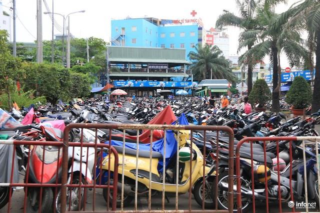 Bãi giữ xe máy qua Tết tại bến xe miền Đông vẫn đang chật kín chỗ