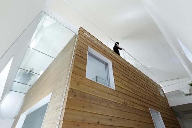 Phần sàn đối xứng với sảnh vào nhà ở tầng 1 còn được lát sàn kính vô cùng đẹp mắt.